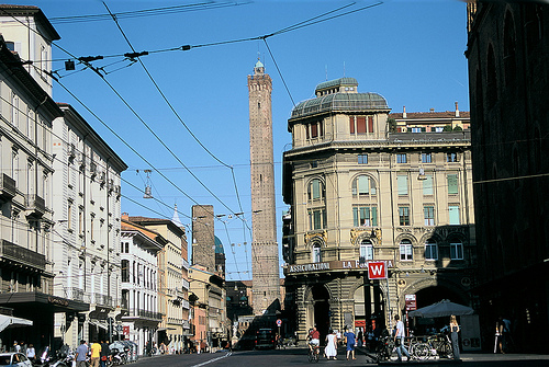 Le torri di Bologna e il centro sotto ai portici.jpg